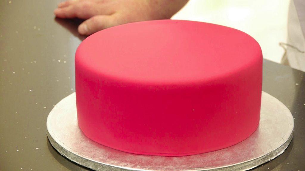 ¿Cuánto fondant necesito para cubrir una tarta?